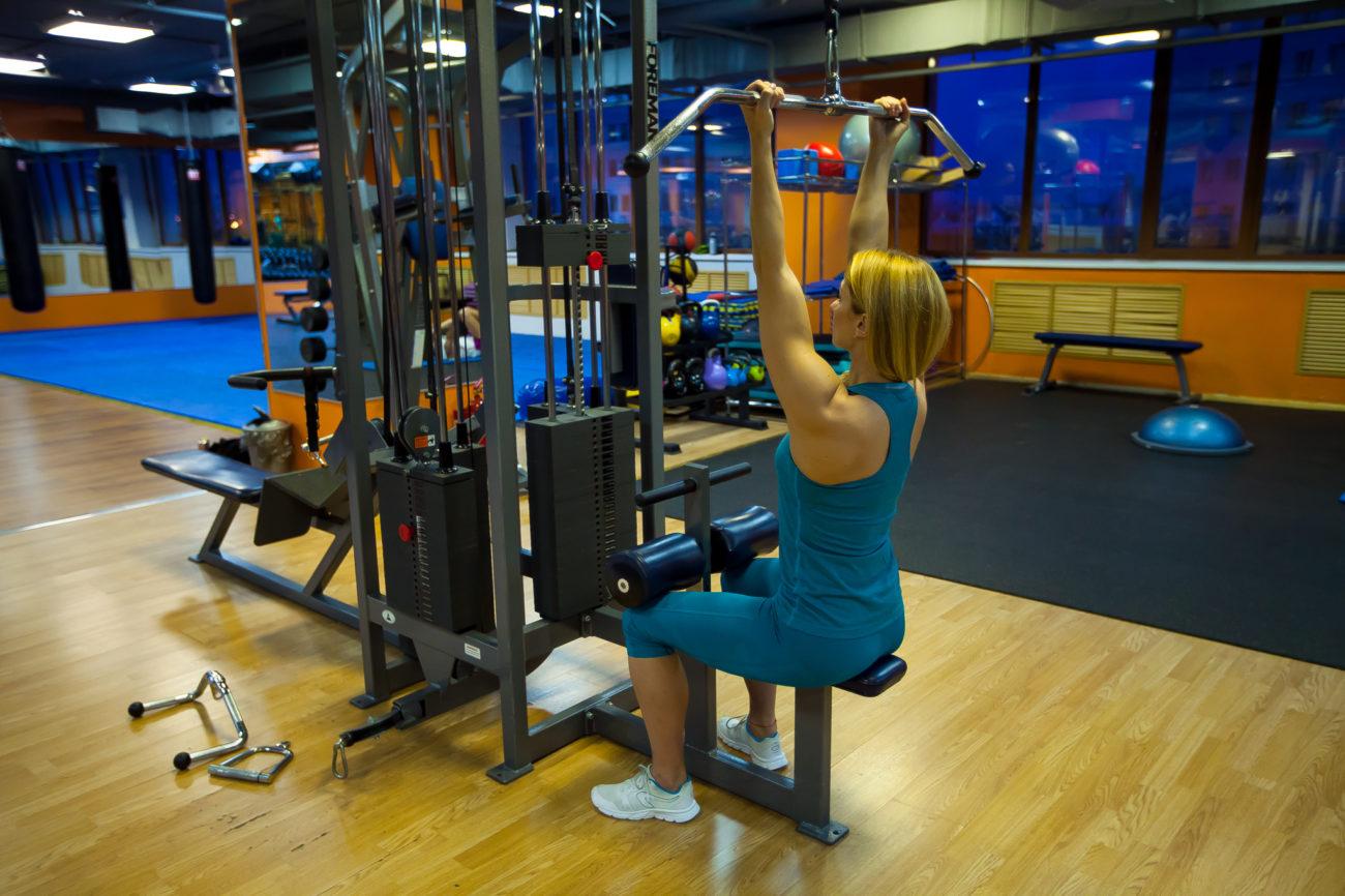 Упражнение тяга к груди