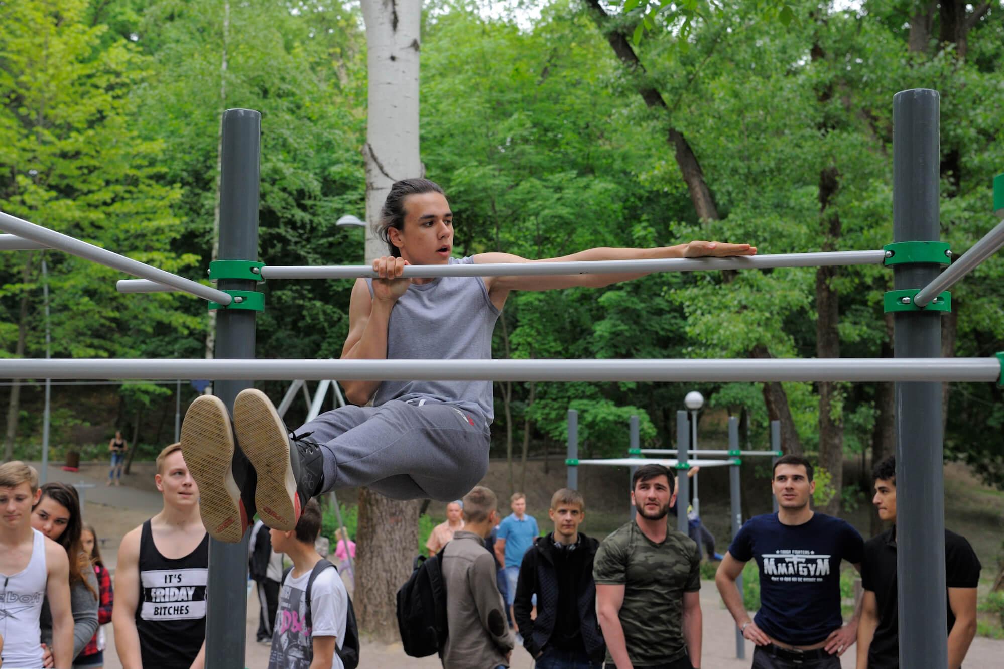 Топ упражнений на турнике, которые помогут вам стать сильнее и красивее