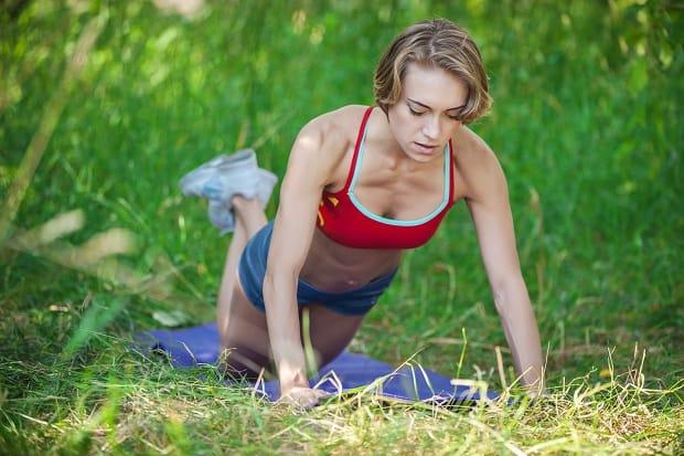 Упражнения для трицепсов женщинам в домашних условиях и в тренажерном зале
